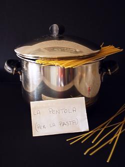 pentola e spaghetti per la pasta